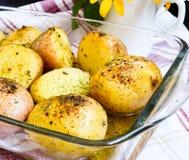 Batatas fervidas em seus revestimentos Imagem de Stock