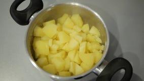 Batatas fervidas em uma bandeja video estoque