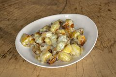 Batatas frescas cozidas no forno com queijo azul, creme de leite e ervas fotos de stock