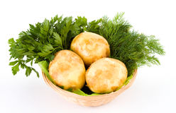 Batatas frescas e aneto e salsa verdes isolados sobre o branco Fotografia de Stock Royalty Free