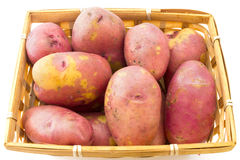 Batatas frescas na cesta isolada no branco Fotografia de Stock Royalty Free