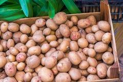 Batatas frescas na tenda do mercado de um verdureiro fotos de stock