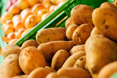 Batatas frescas no verdureiro Imagens de Stock