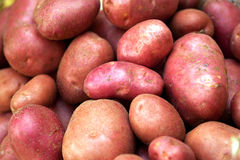 Batatas frescas vendidas em um mercado imagem de stock