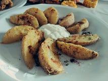 Batatas fritadas com maionese do molho imagens de stock