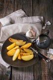 Batatas fritadas com molho Imagens de Stock