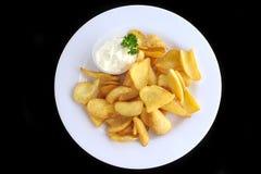 Batatas fritadas com molho de queijo Imagens de Stock