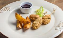 Batatas fritadas com tiras da galinha fotografia de stock royalty free