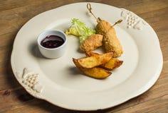 Batatas fritadas com tiras da galinha imagens de stock