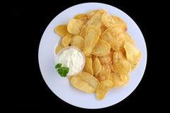 Batatas fritadas cortadas com molho de queijo Foto de Stock Royalty Free