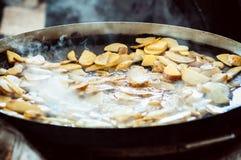 Batatas fritadas em uma rua em uma frigideira fotografia de stock royalty free