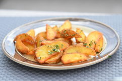 Batatas fritadas no cebolas verdes rurais polvilhadas Fotos de Stock
