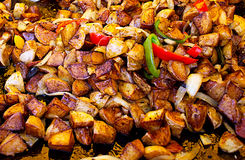 Batatas fritadas no mercado de rua Fotos de Stock