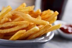 Batatas fritas apetitosas em uma cesta do metal Imagem de Stock