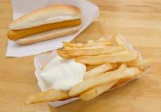 Batatas fritas com maionese e cachorro quente Imagens de Stock