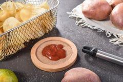 Batatas fritas com tomate imagem de stock royalty free