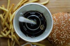 Batatas fritas do Hamburger e um vidro da cola Imagens de Stock