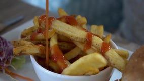 Batatas fritas do molho com ketchup filme