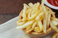 Batatas fritas em de madeira imagens de stock