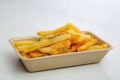 Batatas fritas em servir a bandeja foto de stock royalty free
