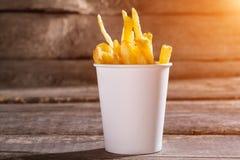 Batatas fritas em um copo fotos de stock