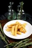 Batatas fritas em um fundo escuro imagens de stock