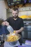 Batatas fritas feitas pelo homem novo com a barba do moderno em holland Imagens de Stock Royalty Free