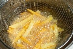 Batatas fritas no óleo O alimento insalubre e oleoso, close-up, fritou foto de stock royalty free