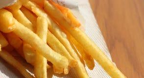 Batatas fritas no empacotamento de papel Fotos de Stock