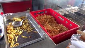 Batatas fritas no restaurante exterior do suporte vídeos de arquivo