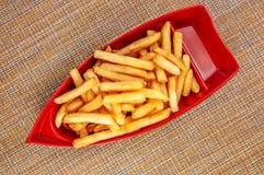 Batatas fritas panadas fritadas na placa graciosa vermelha no guardanapo japonês fotos de stock