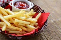 Batatas fritas tradicionais com ketchup Fotografia de Stock Royalty Free