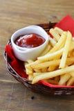 Batatas fritas tradicionais com ketchup Imagem de Stock