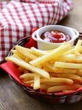 Batatas fritas tradicionais com ketchup Fotos de Stock Royalty Free