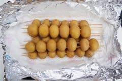 Batatas inteiras frescas do bebê para grelhar fotografia de stock