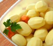 Batatas na bacia com água Imagens de Stock Royalty Free
