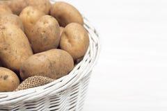 Batatas no espaço rústico da cópia da cesta para o texto fotos de stock royalty free