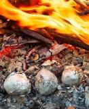 Batatas no fogo fotos de stock