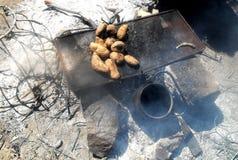 Batatas nos carvões fotografia de stock