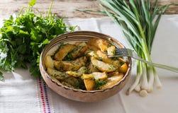 Batatas novas com alho e aneto frescos Foto de Stock