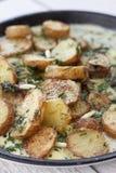 Batatas novas roasted com molho de creme Imagem de Stock Royalty Free