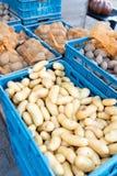 Batatas para a venda no mercado Imagens de Stock