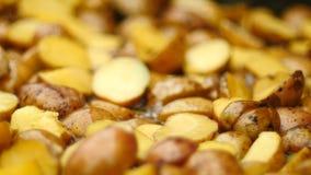 Batatas que cozinham em uma frigideira enorme vídeos de arquivo