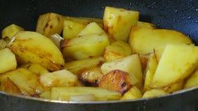 Batatas que fritam na frigideira Processo de cozimento video estoque