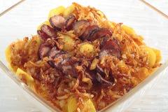 Batatas Roasted com cebola e salsicha imagem de stock