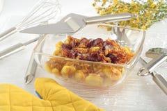 Batatas Roasted com cebola e salsicha imagens de stock