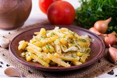 Batatas Roasted com ervas e especiarias, close up do alimento imagem de stock royalty free