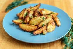 Batatas Roasted com pimenta e cominhos de sal no fundo de madeira Fotos de Stock