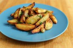 Batatas Roasted com pimenta e cominhos de sal no fundo de madeira Imagem de Stock Royalty Free