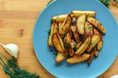 Batatas Roasted com pimenta e cominhos de sal no fundo de madeira Foto de Stock Royalty Free